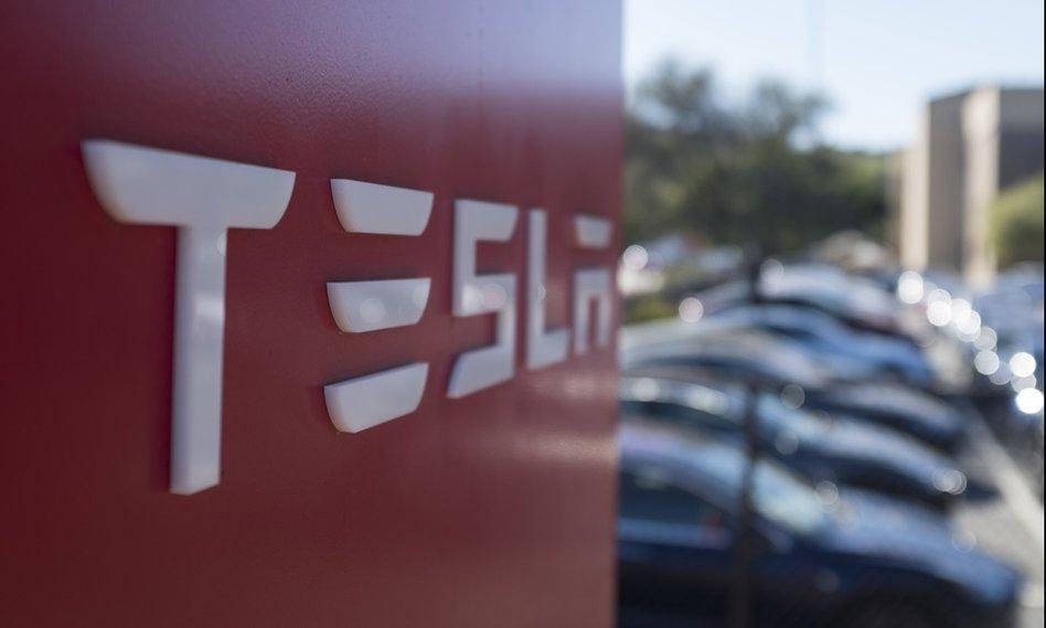 Tesla sprawdzana przez FBI