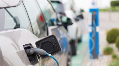 Nowe oznakowania na autach elektrycznych i stacjach ładowania