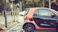 """Dopłaty do """"elektryków"""" będą o połowę niższe, bo samochody potaniały"""