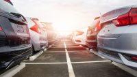 Spadek sprzedaży aut w Polsce hamuje. Nowy lider rankingu sprzedaży