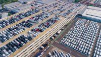 Sprzedaż nowych aut wyższa niż przed rokiem. Polacy wybierają coraz większe modele
