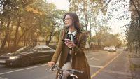 Holandia: setki mandatów tygodniowo za korzystanie z telefonu podczas jazdy